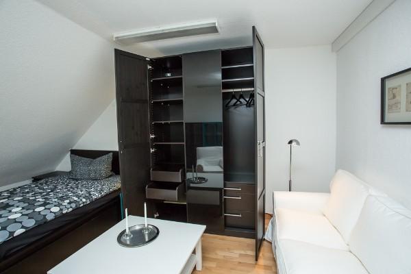 zimmer 202. Black Bedroom Furniture Sets. Home Design Ideas